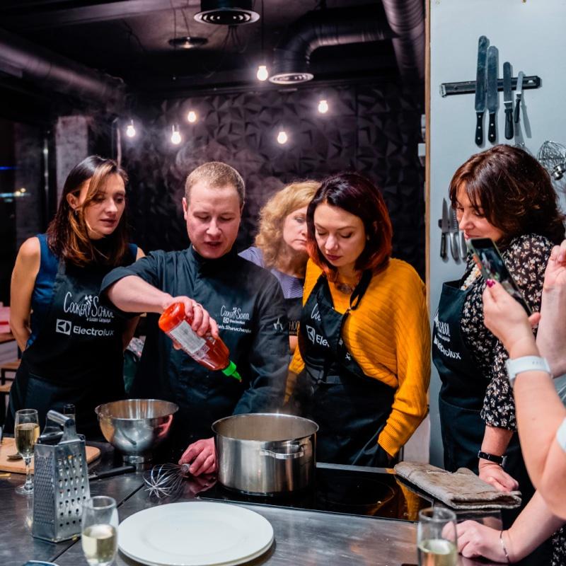 Необычные тимбилдинги provedenie korporativa dlya kolleg Fun Kitchen